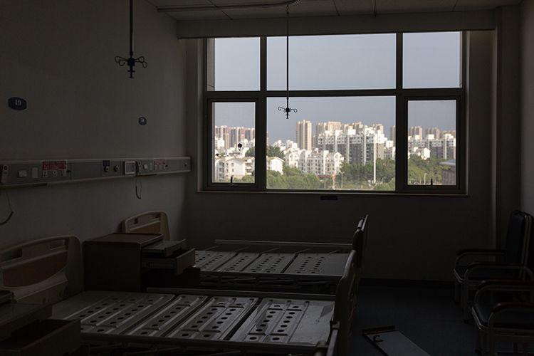病房里已清理干净,窗外阳光明媚,静候恢复正常的诊疗服务。