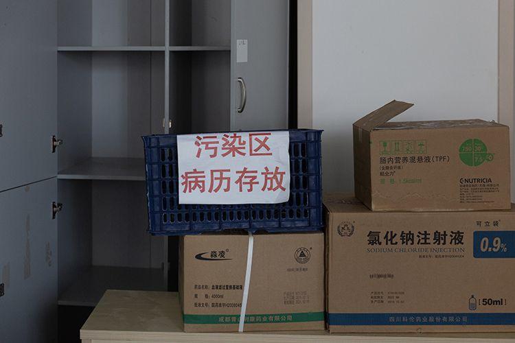 病区内的医疗用品集中堆放,等待统一消杀。
