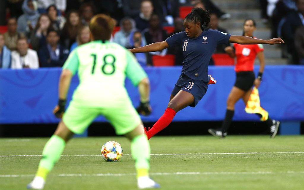 2019年法国女足世界杯揭幕战中卡迪迪亚图·迪亚尼射门。图/视觉中国