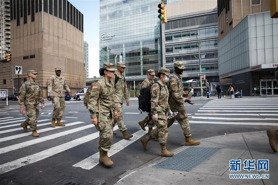 ▲4月8日,在美国纽约,美军士兵从一家医院外走过。新华社发(郭克 摄)