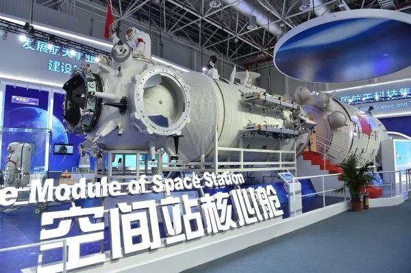 """▲2018年11月6日,在第十二届中国国际航空航天博览会上,中国空间站""""天和""""号核心舱公开亮相。(新华社)"""