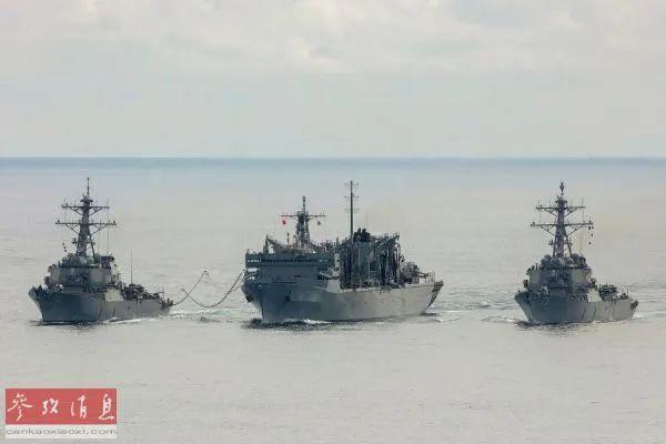 """▲美国""""波特""""号驱逐舰(左)和""""库克""""号驱逐舰(右)与英国护卫舰在北极圈举行了反潜战演习。(美国《星条旗报》网站)"""