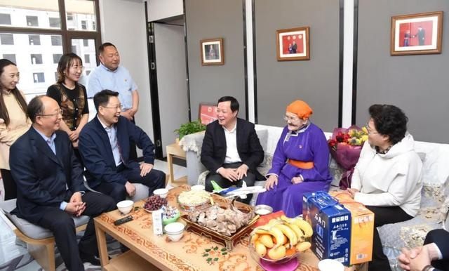 中国商飞公司党委书记董事长贺东风来四子王旗看望慰问都贵玛 艾丽华 杜学军参加慰问