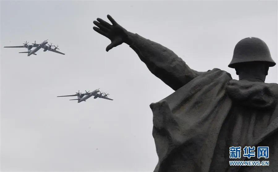 ▲5月4日,在俄罗斯首都莫斯科,图-95MS战略轰炸机编队参加胜利日空中阅兵彩排。新华社/卫星社