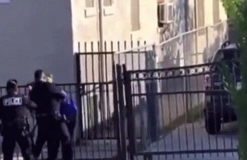 美国加州洛杉矶警察局警员反复殴打嫌疑人引发众怒
