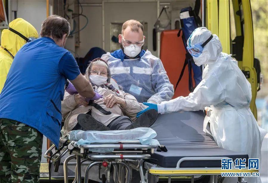 ▲5月5日,在俄罗斯首都莫斯科,医护人员转移病人。新华社/卫星社