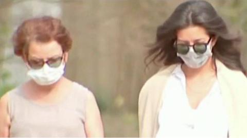 马萨诸塞州当地戴口罩出门的居民 (图源:福克斯新闻)