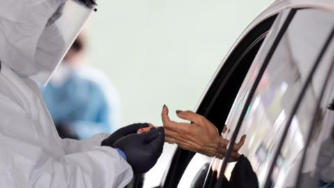 医护人员正在采集含有新冠病毒抗体的血液 (图源:美联社)
