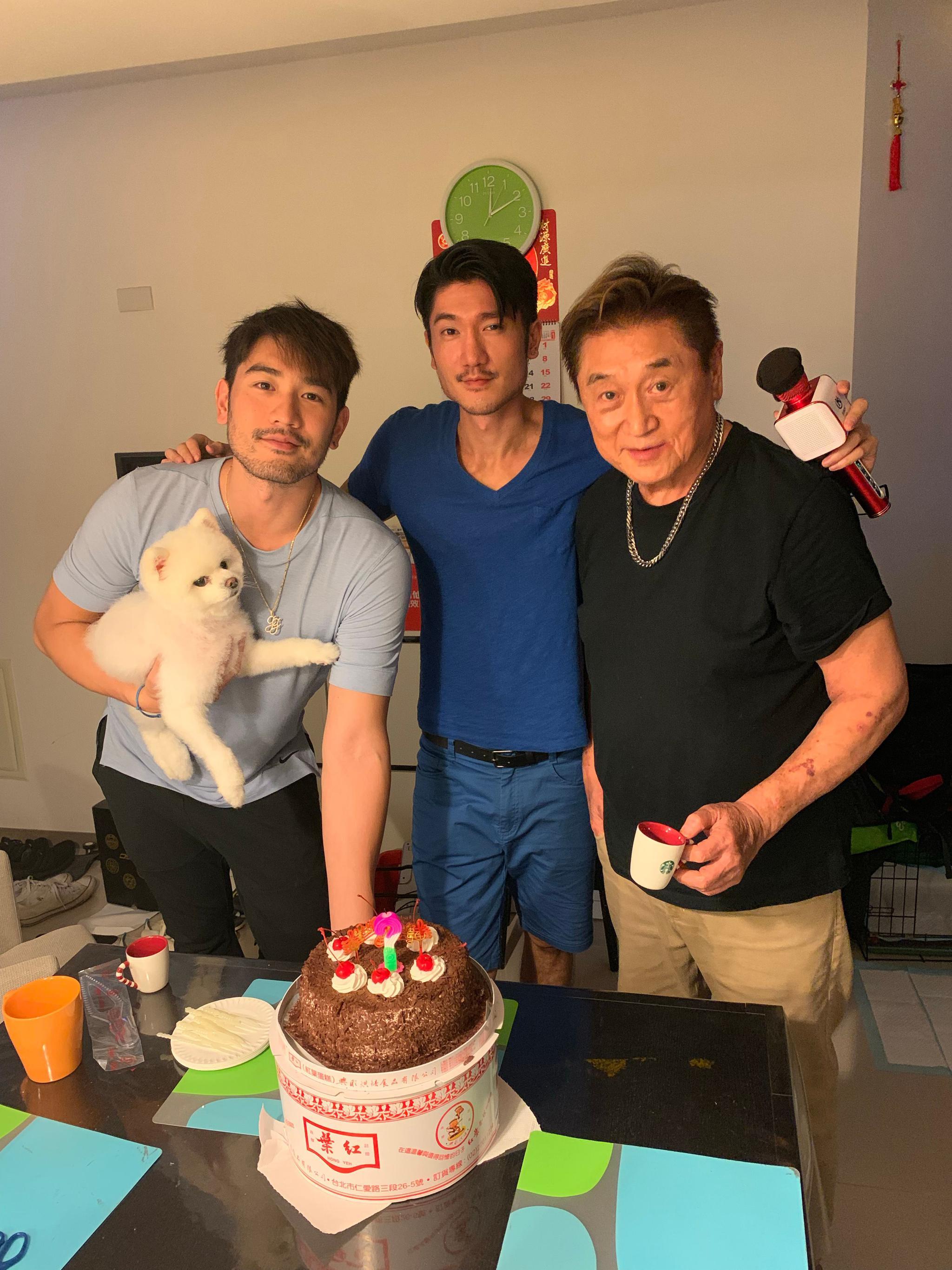 高以翔二哥生日,晒去年与弟弟、父亲庆生时合影图片