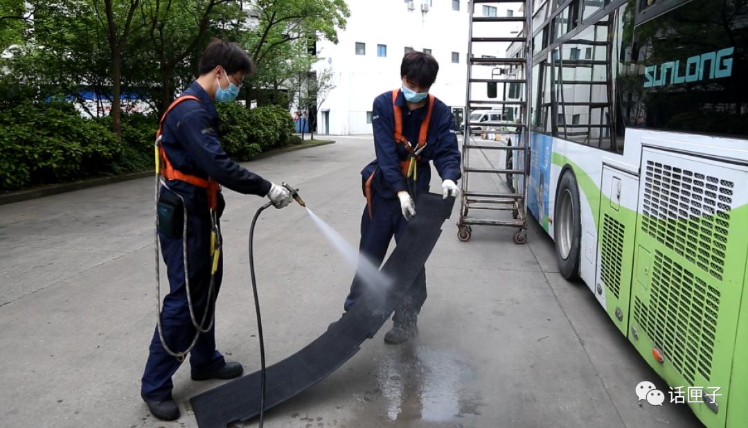 """上海公交地铁空调设备全面""""洗肺""""根据气温适时开启空调"""