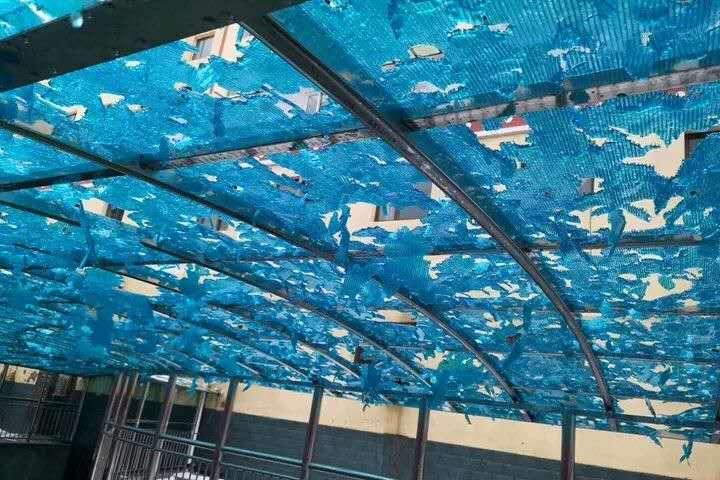 本地住民搭建棚顶被完全砸毁。卓尼县委宣传部供图