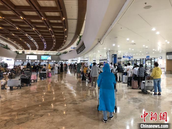 """航班上包罗37名国侨办外派汉语先生,62名孔子学院总部派出汉教自愿者先生,共99名汉语西席。图为""""新常态""""下马尼拉国际机场,人们候机时的交际间隔。何乐(通信员) 摄"""