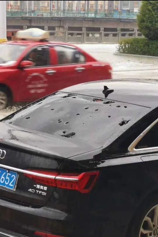 汽车车窗被冰雹砸穿。卓尼县委宣传部供图