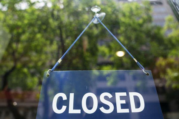 5月6日,在美国首都华盛顿,一家披萨店因新冠疫情暂时关闭。(新华社)