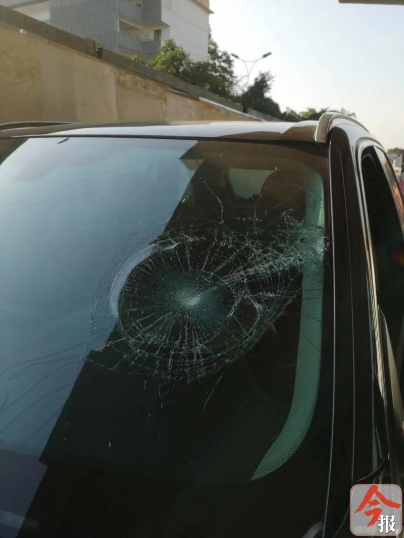 索赔五位数!柳石路交通工程施工高空落下一块木板,新买的宝马车惨了!