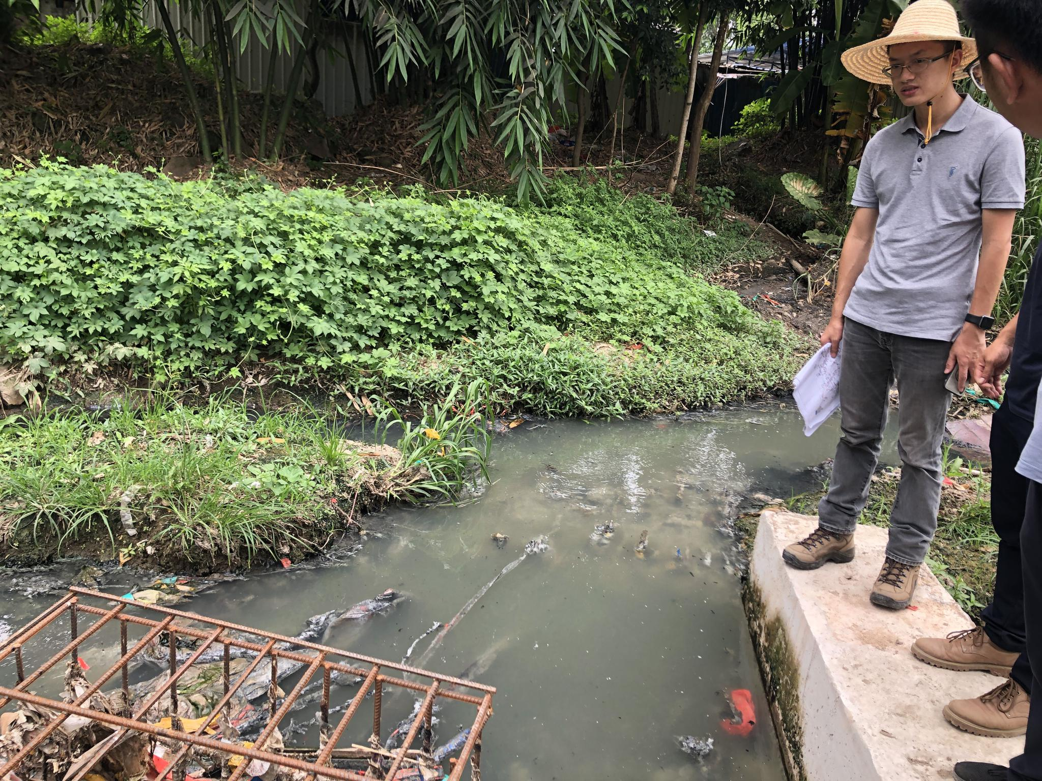 中央第二生态环境保护督察组现场检查福建省宁德市黑臭水体。图片来自生态环境部