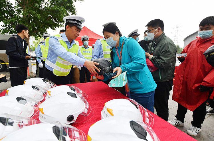 北京交警免费送500个安全头盔,市民如何领取?|组图图片