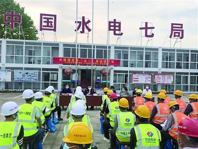 """列公式细算""""打架成本"""" 江北新区警方送法进工地"""