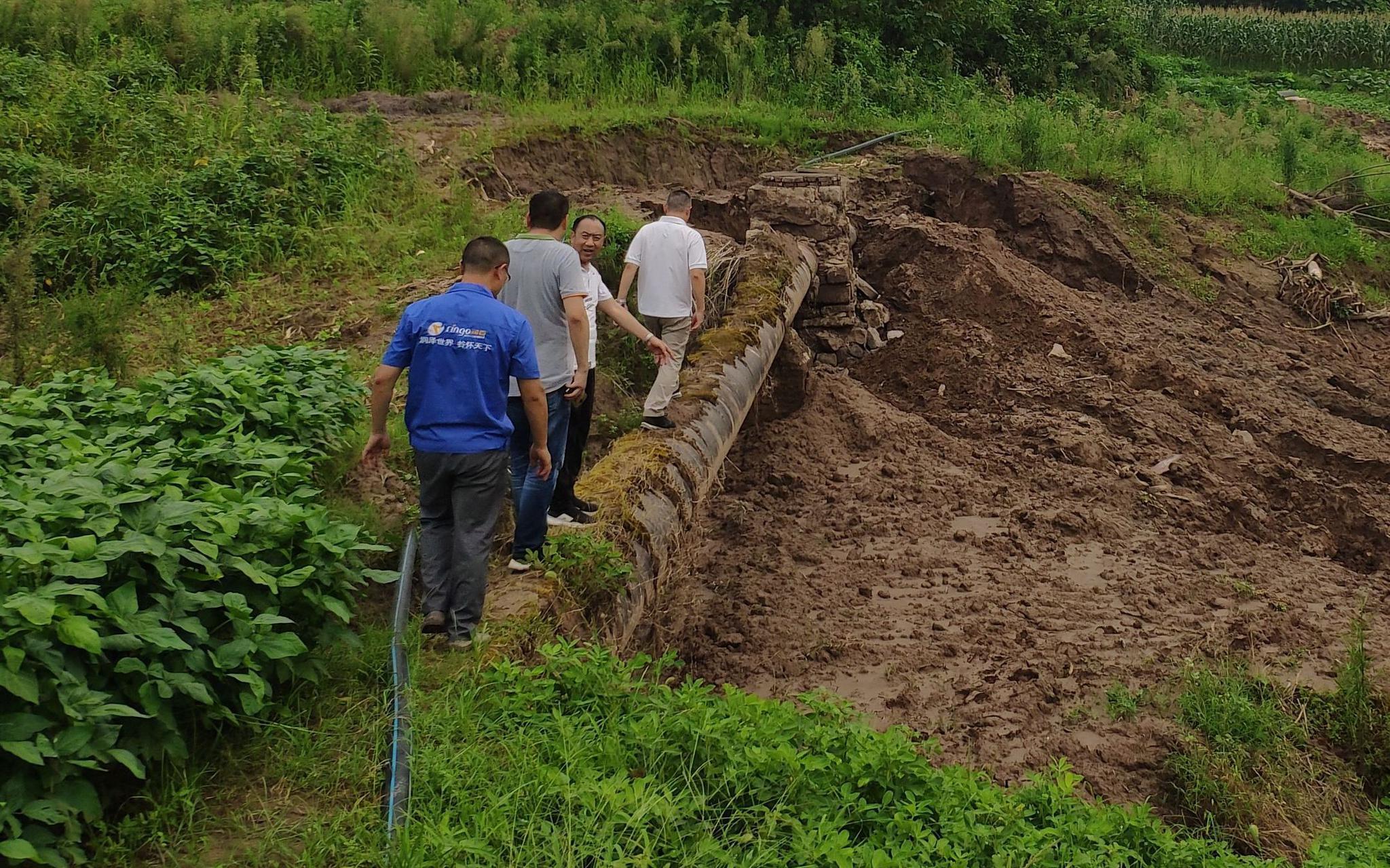 中心第四生态情况保护督察组现场发明重庆市某污水处置厂私设暗管。生态情况部供图