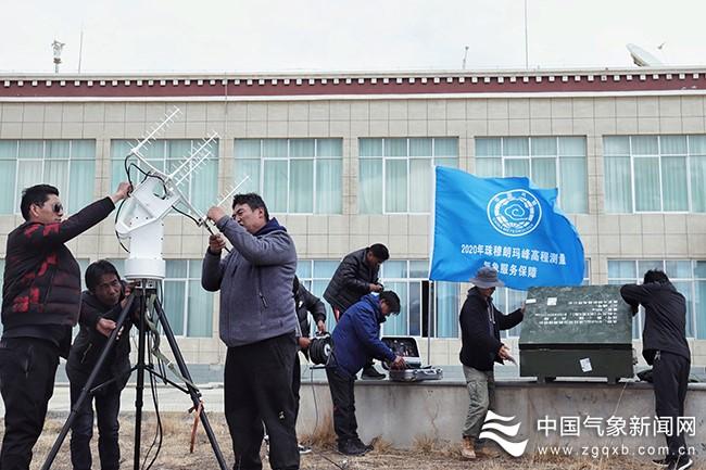 气象保障服务队前往珠峰大本营 监测珠峰冲顶测量图片
