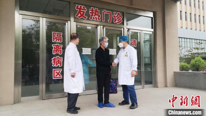 按照相关规定,曹先生还将在定点隔离点康复修养14天。 范丽芳 摄