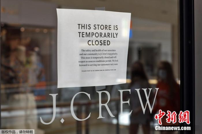 资料图:一家J.Crew门店张贴着暂时闭店通知。