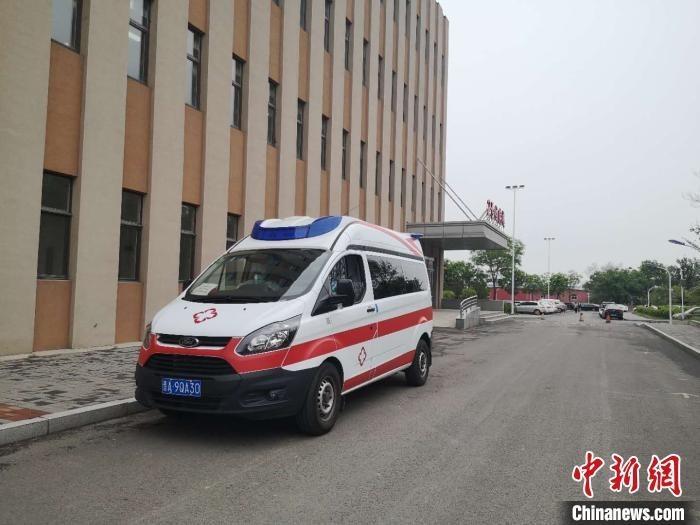 5月2日山西太原新增的湖北返并新冠肺炎确诊病例治愈出院。 范丽芳 摄