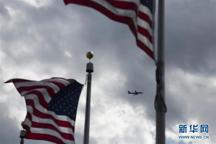 ▲4月21日,一架飞机从美国都城华盛顿上空飞过。(新华社记者 刘杰 摄)