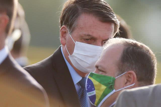 """报道称总统博尔索纳罗一直试图淡化新冠病毒的严重性,称其为""""小流感""""。"""