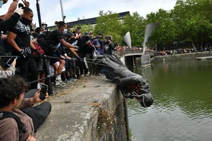 英国示威者将爱德华·科尔斯顿的雕像拽倒并推进河里