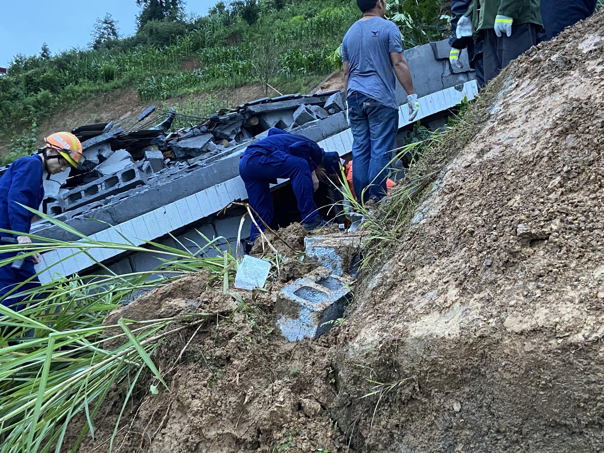 【摩天平台】降雨摩天平台山洪冲垮房屋致6人死亡图片