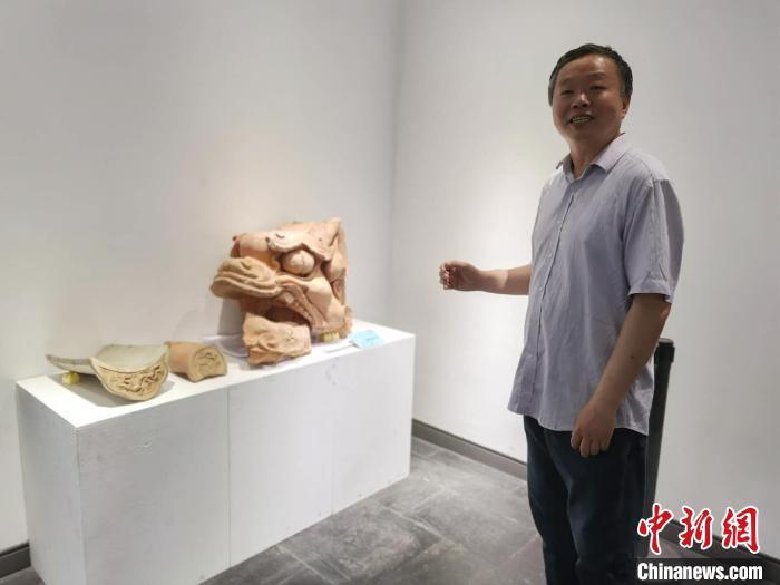 山西省工艺美术协会陶瓷文化艺术专业委员会主任王鼎介绍元末琉璃。 胡健 摄