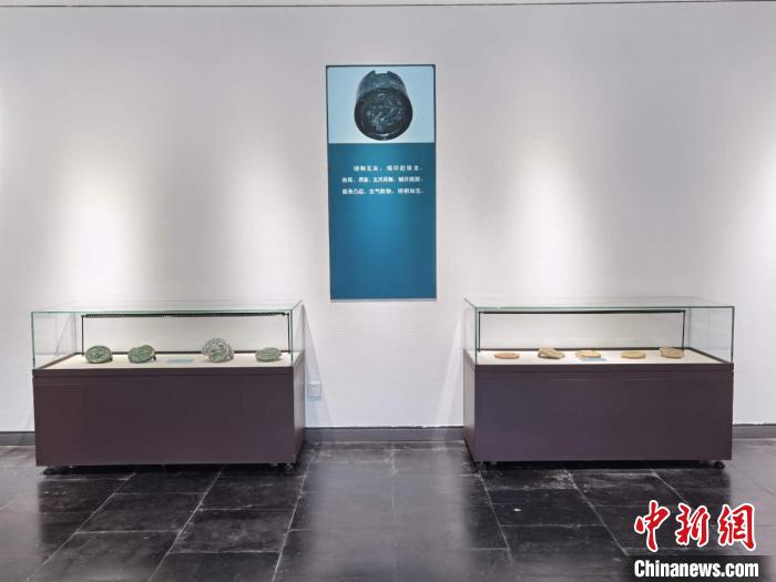 此次展览共展出元末至明代的龙纹琉璃瓦、龙造型器物等95件,距今已有600多年 胡健 摄