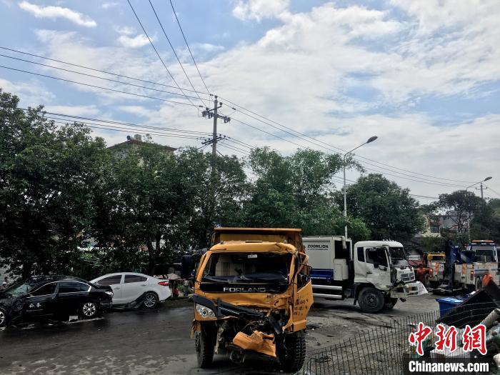 图为事故现场,多辆车辆受损。 叶茂 摄