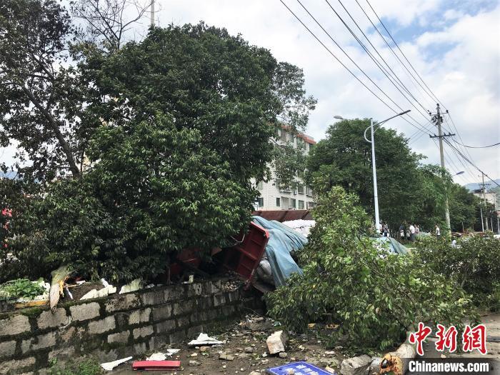 图为事故现场,挂车撞入河道中。 叶茂 摄