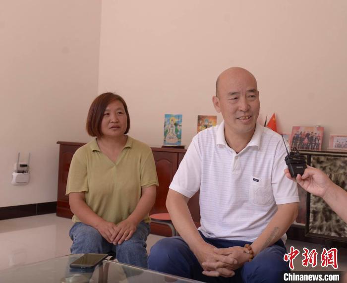 宋志萍知道丈夫在年近五十时开始学习新职业技能的不易,于是陪宋金中一起学习,鼓励他坚持下去。 苏昆峰 摄