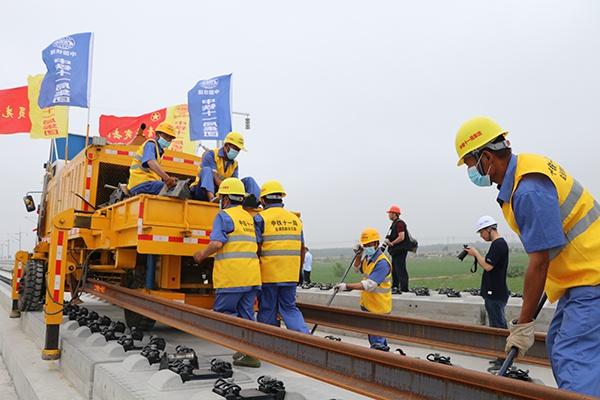 盐通高铁铺轨:设6座车站,全线采用500米长钢轨铺设图片