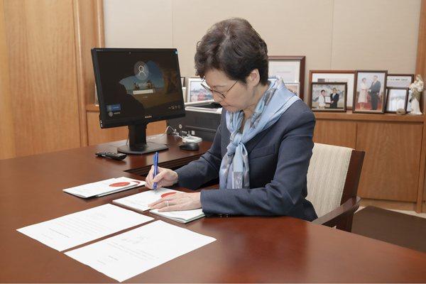 摩天注册,林郑月娥签署国歌摩天注册条例今日图片