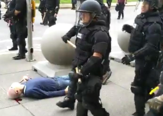 重击美国警察形象的这一幕是自导自演?真相来了!