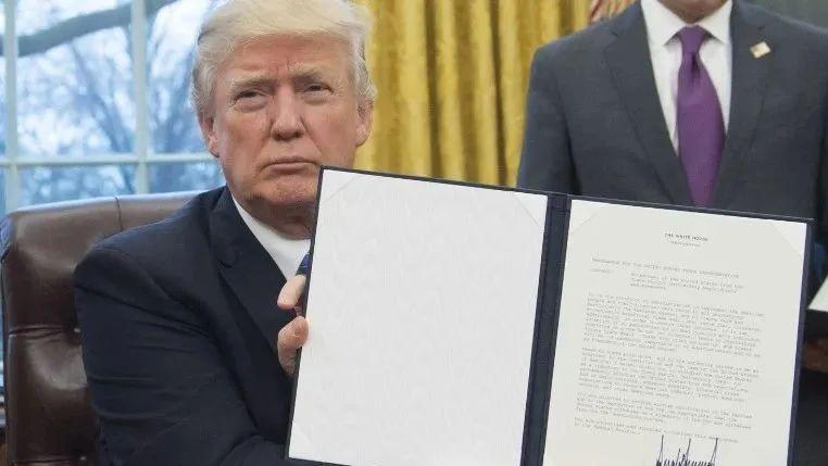 特朗普签署行政令,授权制裁国际刑事法院。/CNN视频截图