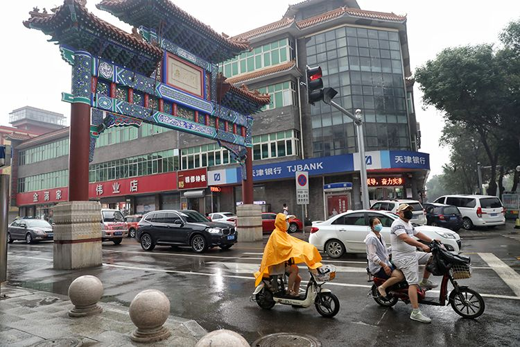 百货大楼周边的围挡已拆除,允许市民正常通行。摄 新京报记者 王飞