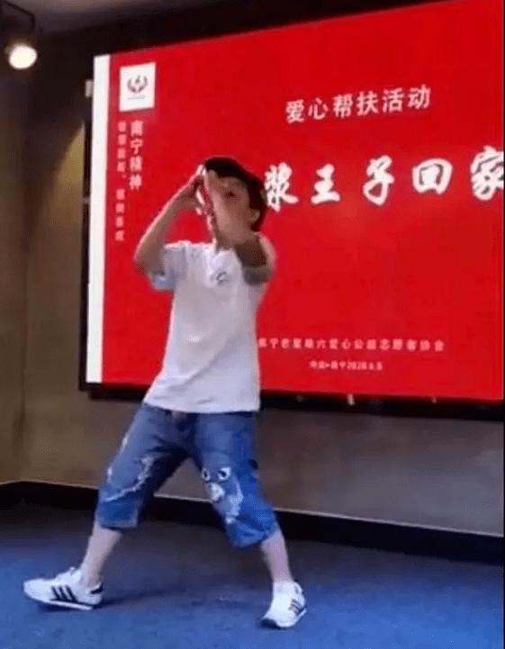 """猥亵女童者""""高调""""出狱:帮扶别""""扶""""歪了 新京报快评"""