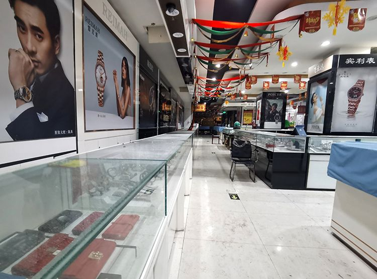 商场内玻璃柜台上明显落了一层灰尘。摄 新京报记者 王飞