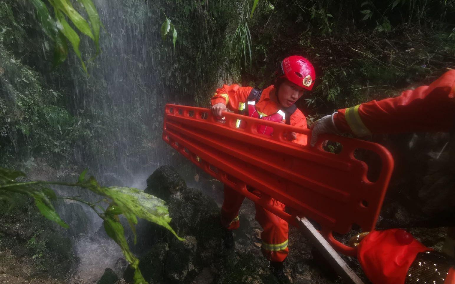 贵州正安县救援清淤工作仍进行,部分街道已恢复通车图片