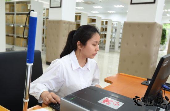 南京盲人女孩考取研究生 高出国家线73分