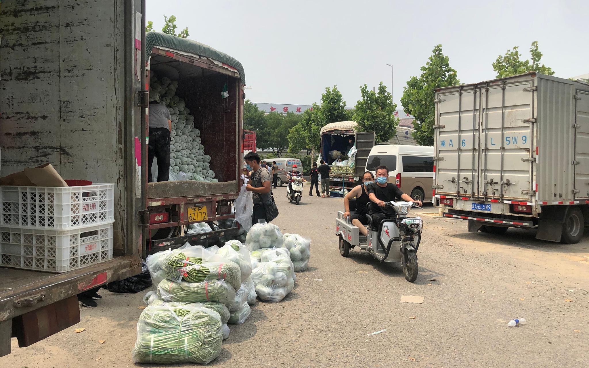 商贩把菜摆出来等待买家。新京报记者 田杰雄 摄