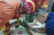 """男孩与同学玩闹不慎手指套钢圈,消防员用钳子斗败""""指环王"""""""