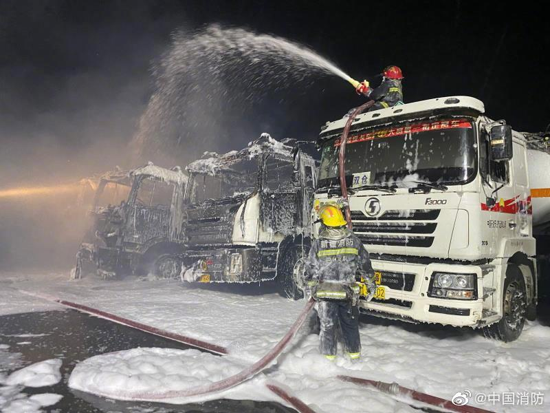 新疆5辆油罐车发生火灾 巴州消防出动51人赴现场处置图片