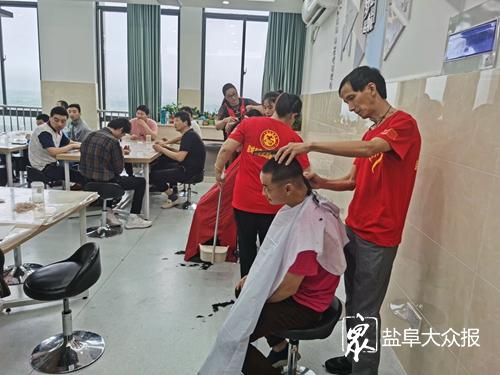 志愿者到残疾人托养中心送关爱