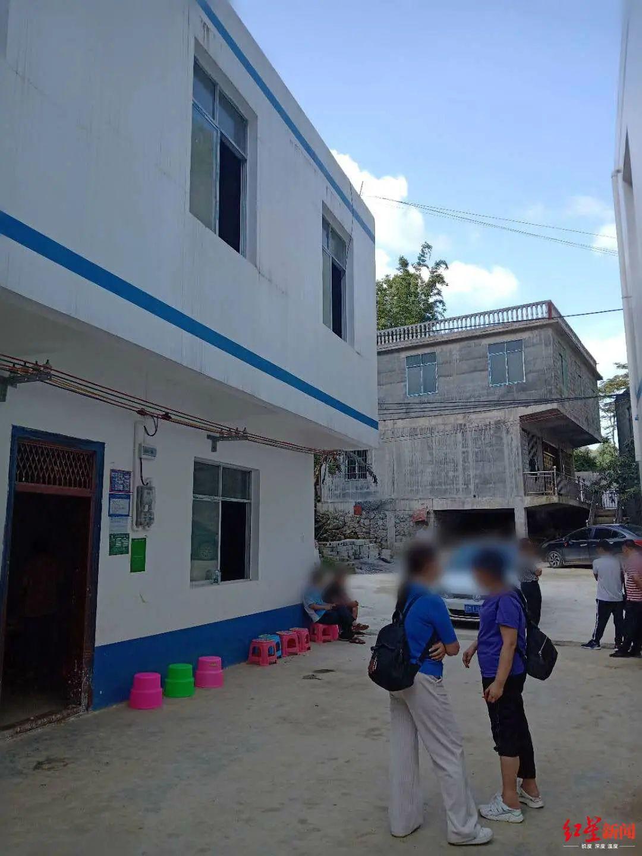 ▲在弄邓屯,一家生好几个孩子并不罕见,但因为此前的报道,大量媒体涌向韦国则家,他的安置房门口,摆满了招待记者的小板凳